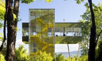 Дом-башня со светящейся лестницей (фото)
