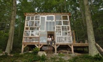 Фантастический дом из старых окон