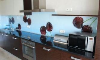 Фартук для кухни из стекла: стиль плюс надежность