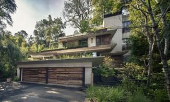 Геометрический дом на берегу озера (фото)