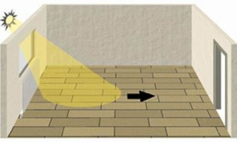 Как класть ламинат – вдоль или поперек: советы специалистов