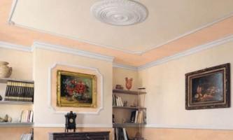 Как отрезать угол потолочного плинтуса: основные приемы