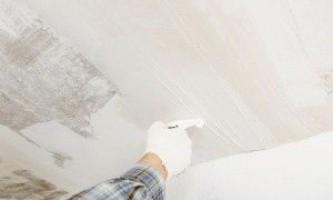 Как снять шпаклевку с потолка и выровнять его штукатуркой – пошаговая инструкция