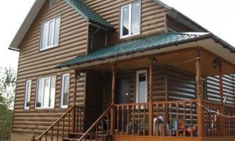 Обшивка деревянного дома снаружи сайдингом под бревно