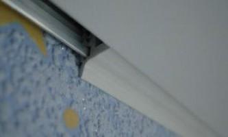 Пластиковый багет для натяжных потолков и способы его крепления