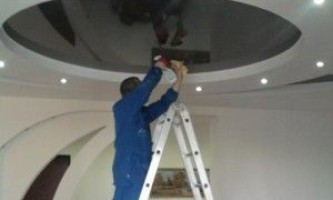 Правильный уход за натяжными потолками