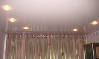 Преимущества одноуровневых натяжных потолков