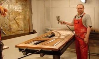 Технология покраски деревянных дверей. Выбор краски, видеоинструкция